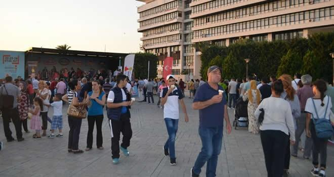 İzmir Konak Meydanı'nda dondurma sov